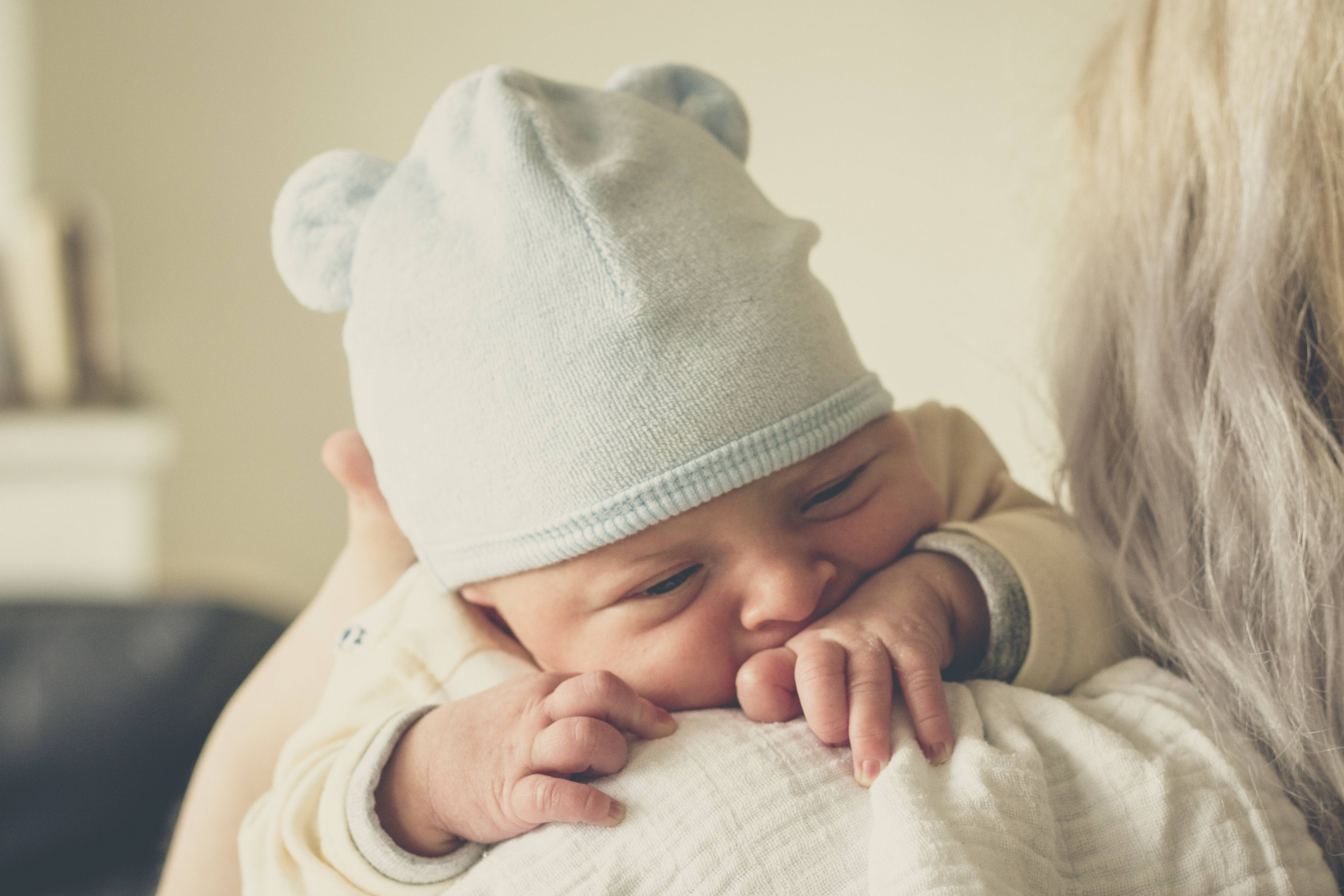 Un bambino in braccio alla mamma