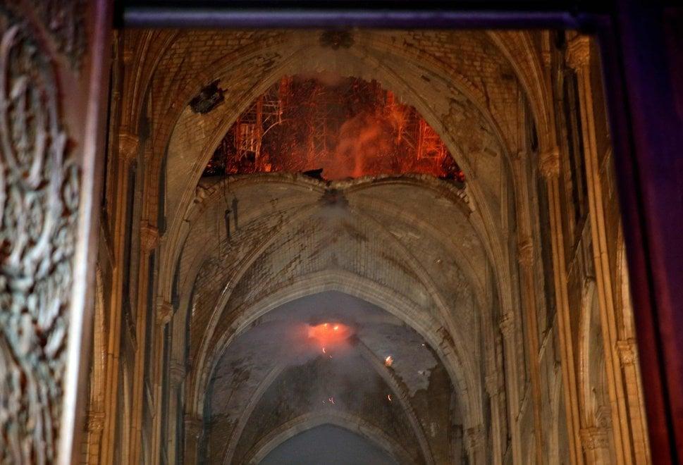"""""""Il buco nella navata centrale – Photo Credits: notizie.virgilio.it""""  Notre-Dame"""