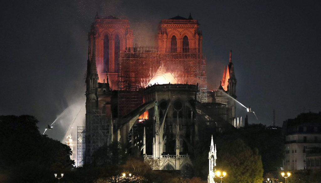 """""""Il rogo durante la notte - Photo Credits:  notizie.virgilio.it""""   Notre-Dame"""