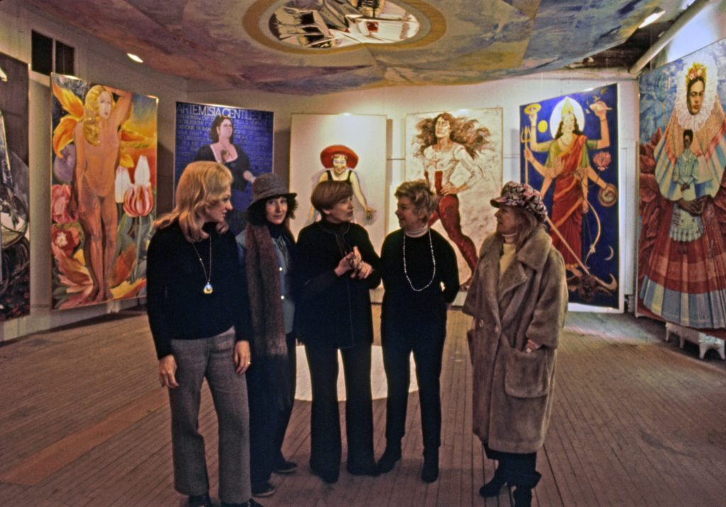 Alcune delle artiste all'interno della Sister Chapel. (immagine dal web) La Sister Chapel ovvero gli anni 70, Dio e le donne
