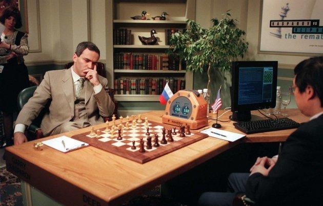 Gary Kasparov (a sinistra) contro Deep Blue, 3 maggio 1997, secondo dei sei set della partita. (foto dal web) MMI Today | La Partenope dei cieli