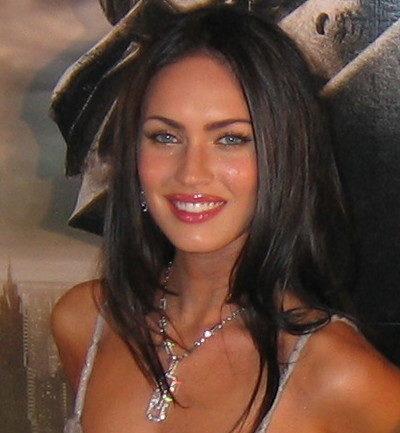 L'attrice è ritratta in posa durante la promozione di Transformers, ne vediamo la bellezza caratterizzata dai capelli neri e gli occhi verdi.