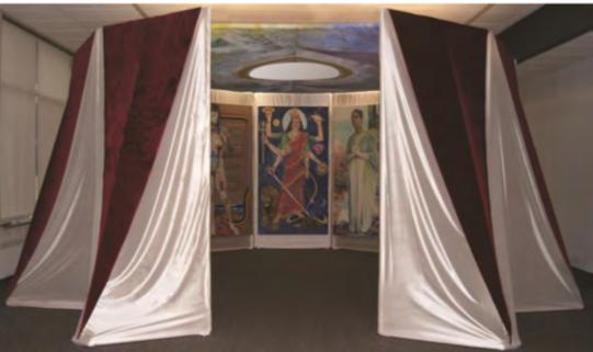 La struttura di Maureen Connor per la Cappella nell'esposizione della Rowan University.  Maureen Connor, Chapel Structure, designed 1976, fabricated 2015–16 Nylon and velour over PVC framework, 25 ft. diameter, Rowan University Art Gallery. (immagine dal web)