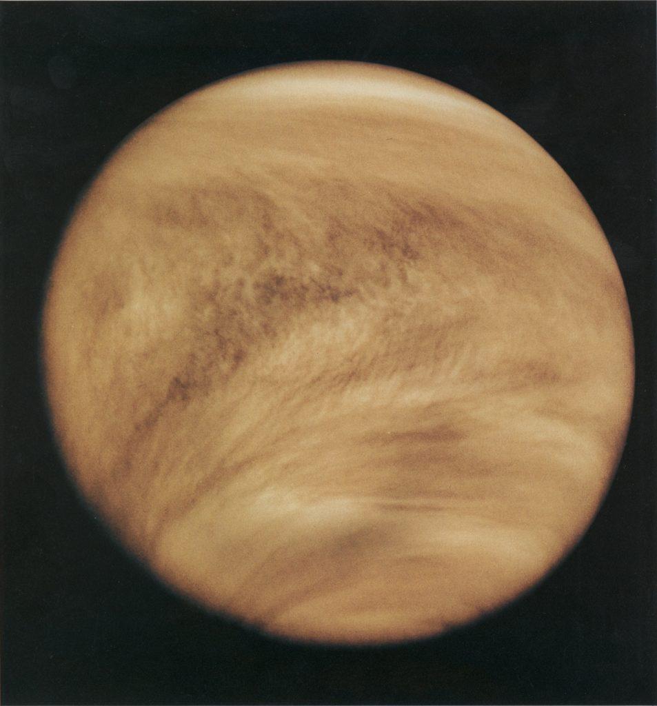 Venere ci appare come un globo di colore rossastro, attraversato da grandi nubi