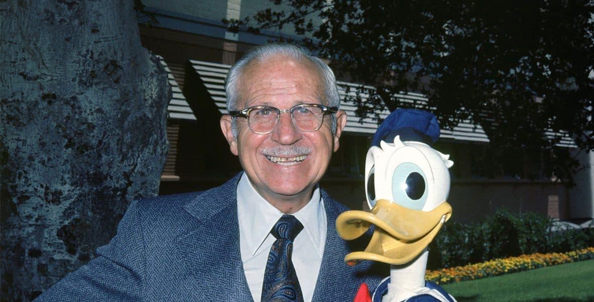 Una foto di Clarence Nash con un pupazzo di Paperino.