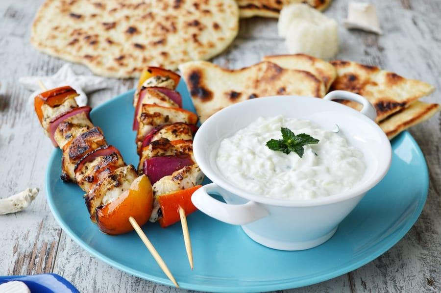 Ecco un classico abbinamento greco: salsa tzatziki, pita, souvlaki