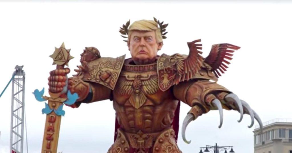 Trump raffigurato come il Dio Imperatore di Warhammer durante il Carnevale di Viareggio. Altro elemento interessante per capire il legame tra fantasy e politica