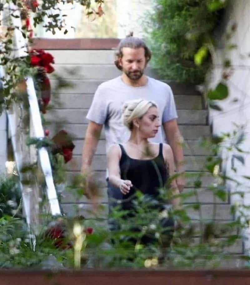 """""""La foto che mostra Lady Gaga e Bradley scendere gli scalini della casa dell'attore – Photo Credit: www.ilsussidiario.net"""""""