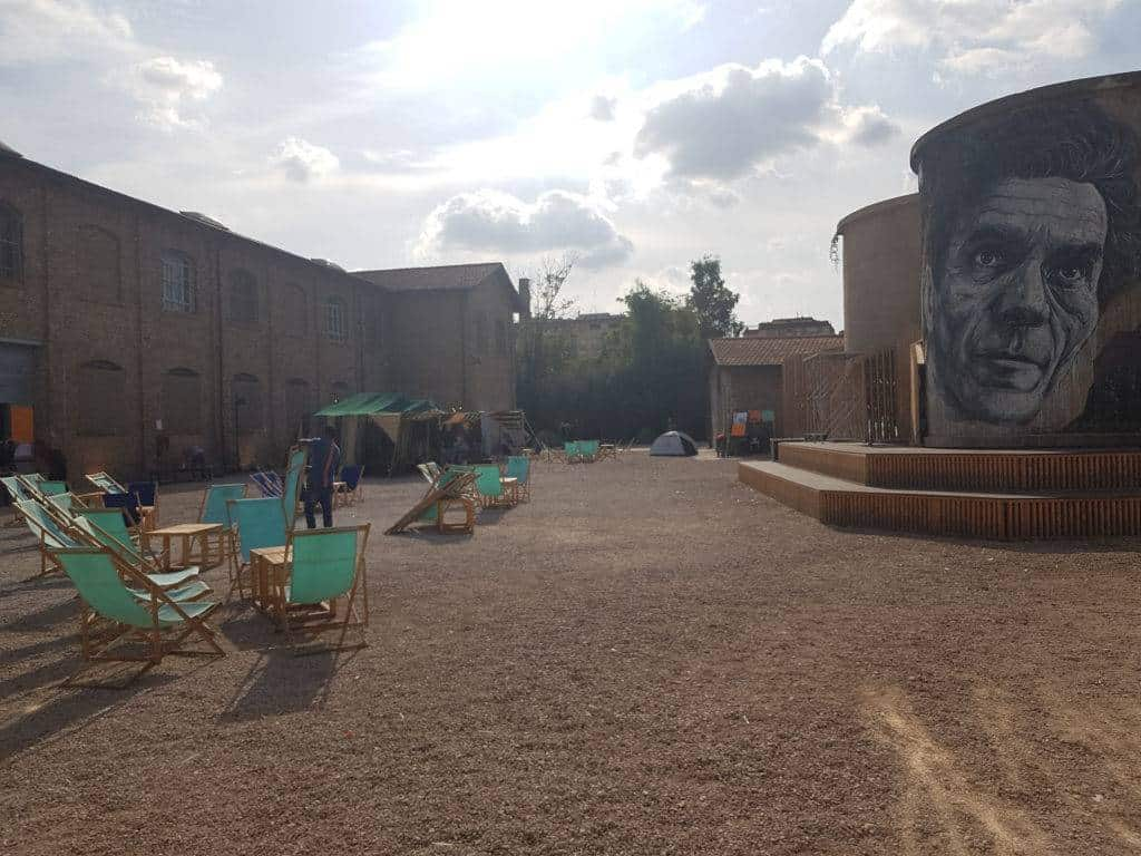 A lato, il murales dedicato a Pier Paolo Pasolini all'interno del Teatro India