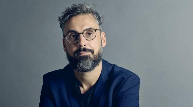 Uno scatto in studio di Dario Brunori (PHOTO CREDIT: Strettoweb.com)