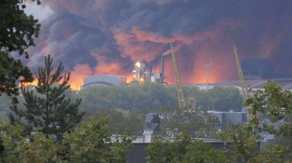 Impianto chimico in fiamme a Rouen, Francia