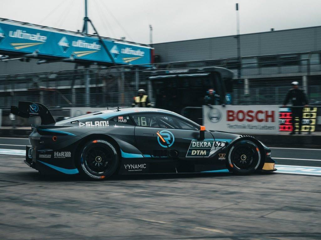 Ferdinand Von Habsburg in azione con l'Aston Martin DTM