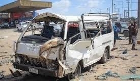 Un minibus distrutto dall'esplosione (Gazzetta del Sud)