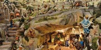 Un Presepe con i personaggi disposti intorno ad una grotta