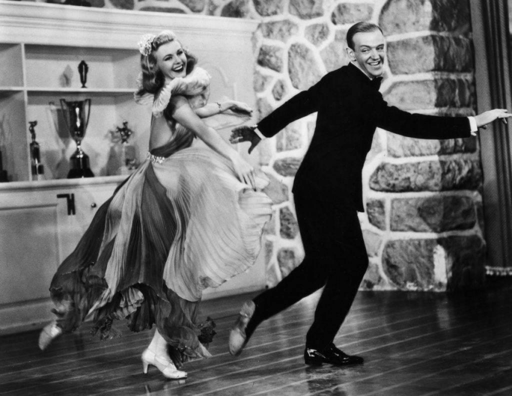 Ginger Rogers e Fred Astaire durante un loro numero di danza - Photo Credits: es.fanpop.com