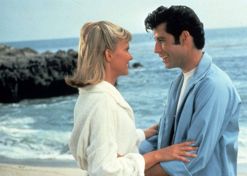Sandy e Danny nella scena iniziale del film - Photo Credits: .iodonna.it
