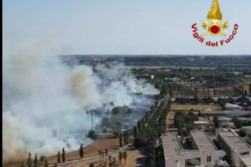 Uno degli incendi di oggi (Adnkronos)