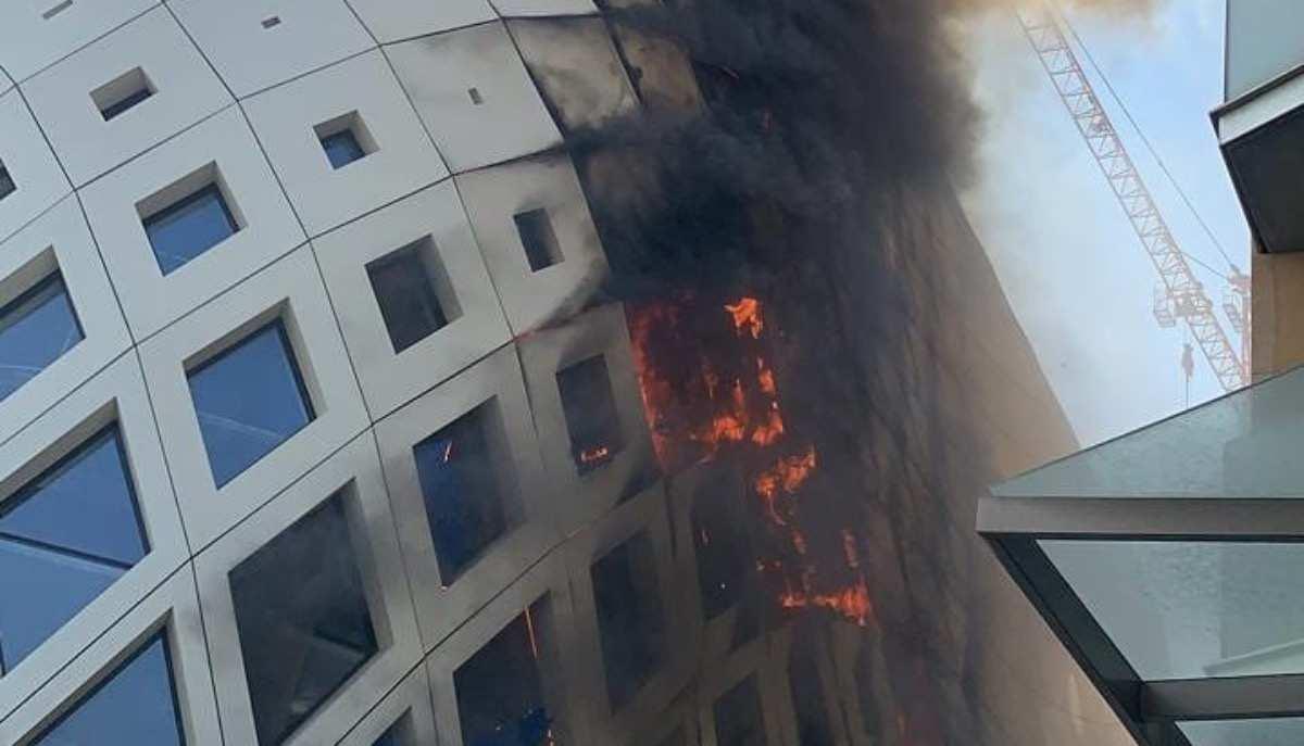 Beirut sotto attacco, incendio all'edificio di Zaha Hadid