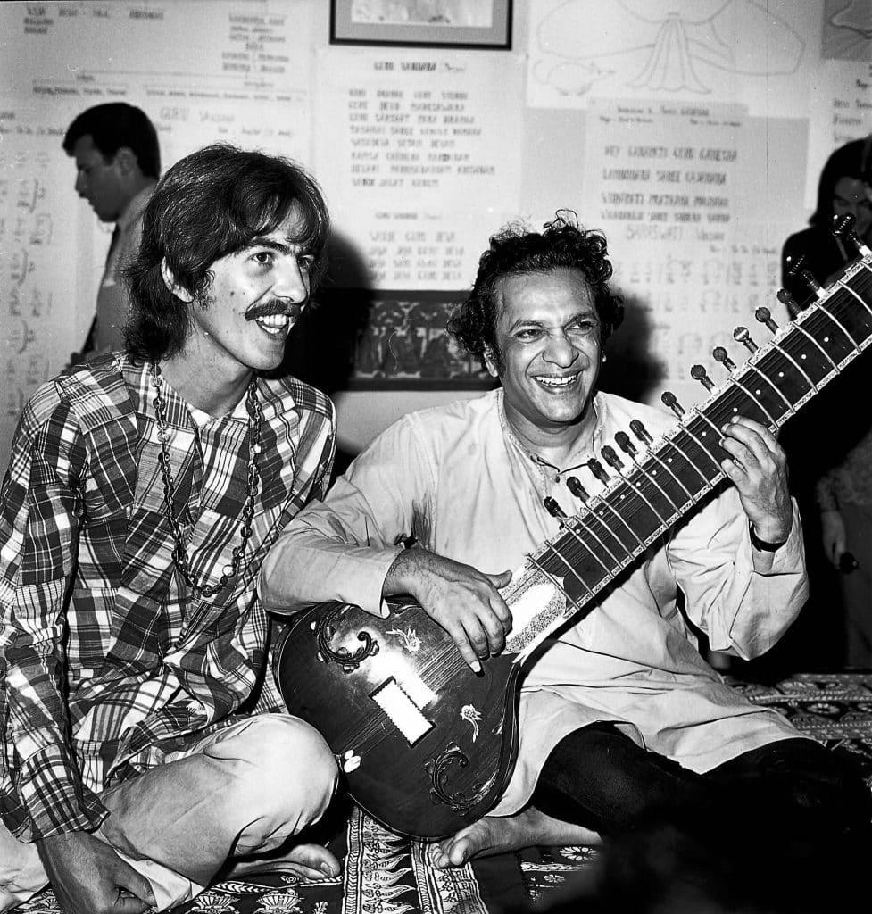George Harrison e il maestro Ravi Shankar - photo credits: pinterest