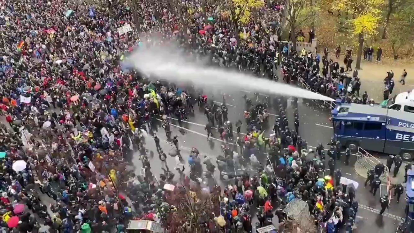 Proteste a Berlino, in migliaia contro le misure anti-Covid