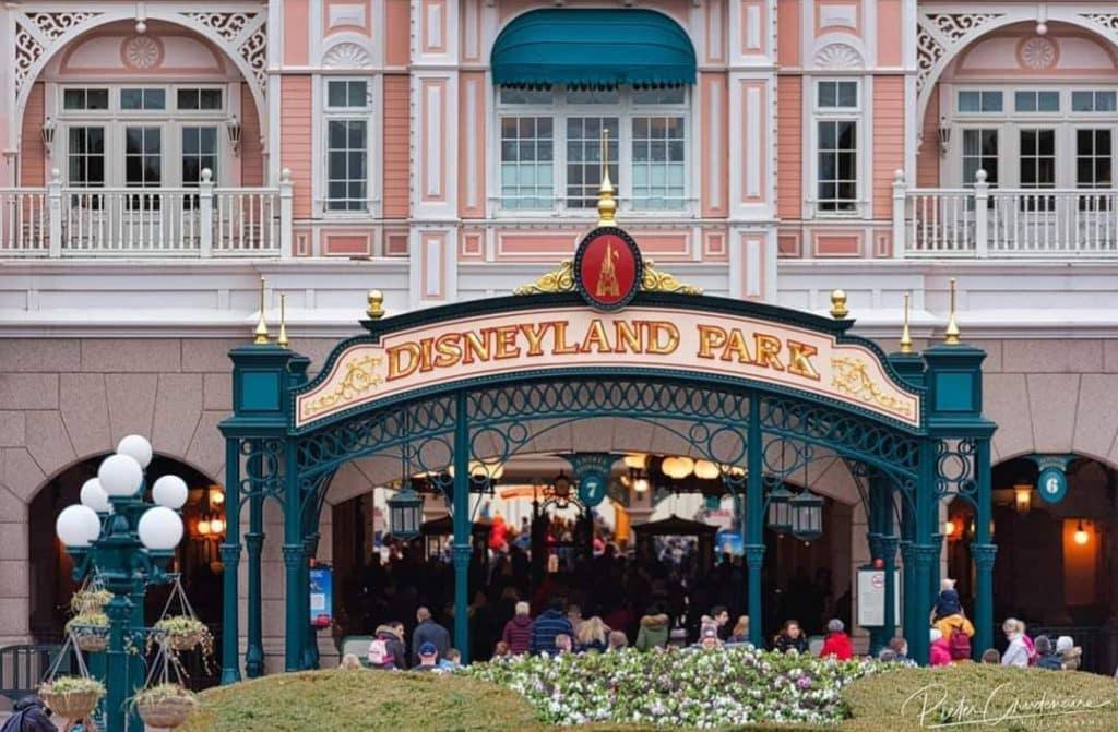 "Ingresso del parco con insegna ""Disneyland Park""."