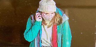 Sarah Everard a Londra, nelle immagini catturate dalle telecamere di sicurezza poco prima del suo rapimento.