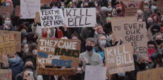 proteste scoppiano nel Regno Unito in seguito alla nuova legge