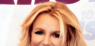 Britney Spears su un red carpet, vestita di nero.