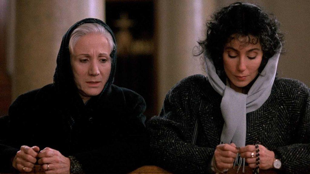 """Olympia Dukakis e Cher in una scena di """"Stregata dalla luna"""" - Photo Credits: The Movie Database"""