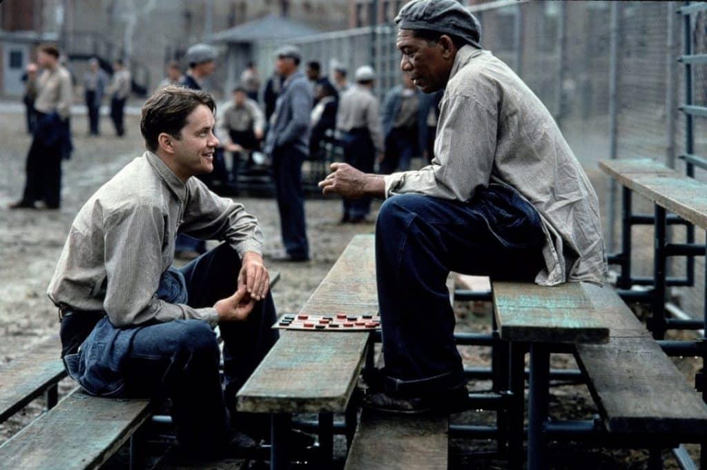 "Tim Robbins e Morgan Freeman ne ""Le ali della libertà"" - Photo Credits: Pills Of Movies"