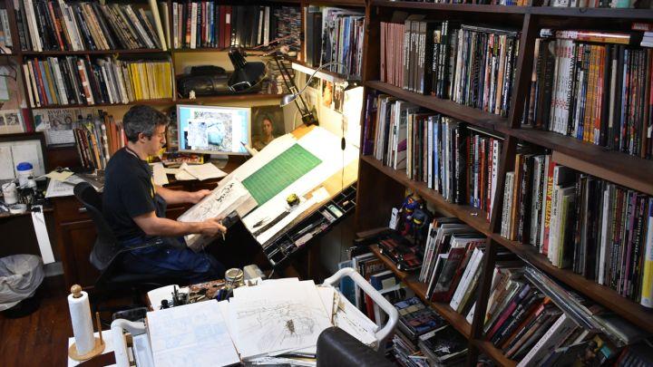 John Paul Leon nel suo studio a New York - Photo credits: BBC
